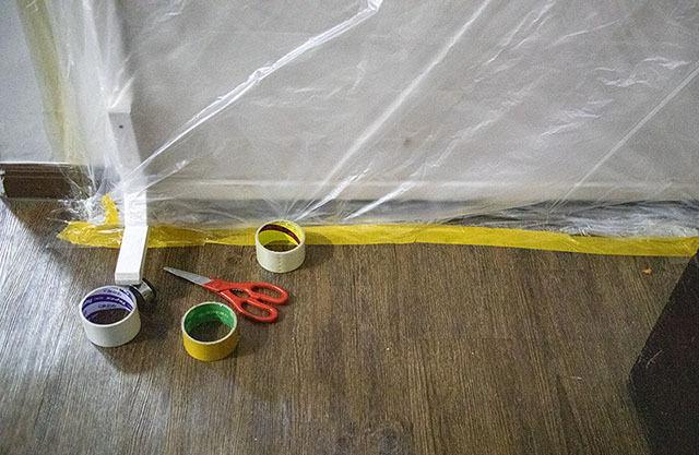 테이프와 비닐로 밀봉한 중문