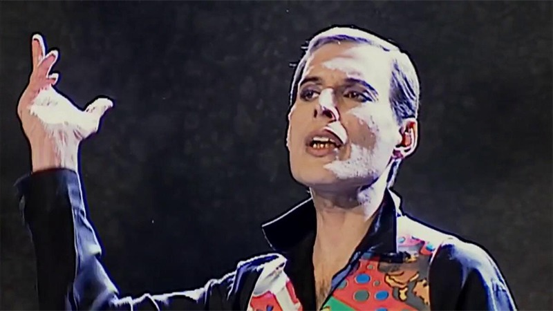 사진: 프레디 머큐리가 에이즈에 걸린 후 노래를 하는 모습