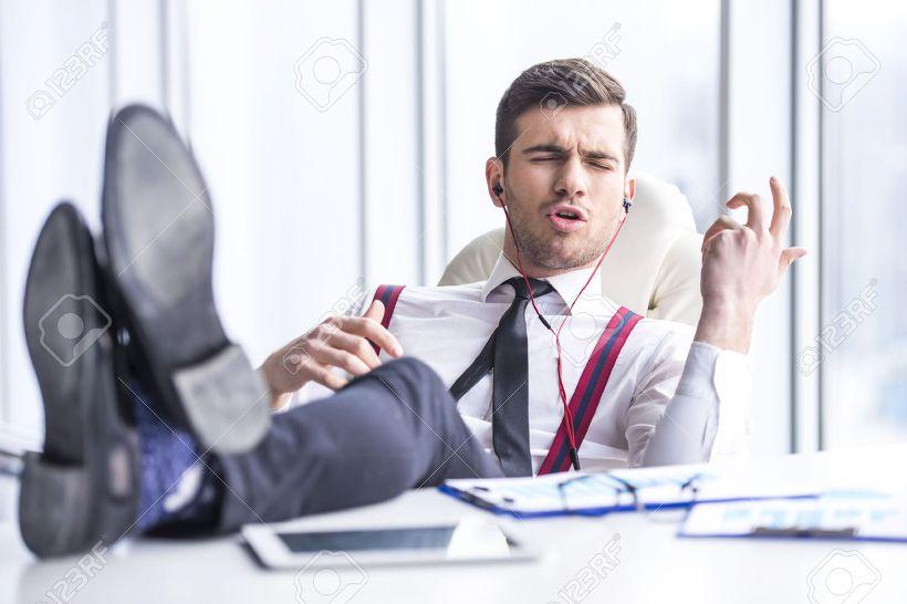 사무실에서 이어폰 음악 듣는 사람