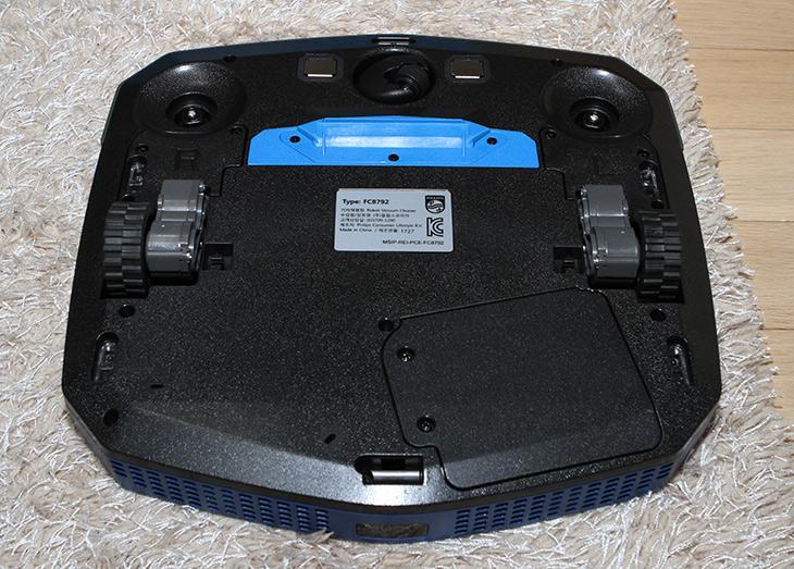 필립스 스마트프로 이지, FC8792/01, 5.8CM, 초슬림 ,로봇청소기,IT,IT 제품리뷰,이 제품은 상당히 얇은 두께를 가진 제품 입니다. 그리고 더 진화 하였죠. 필립스 스마트프로 이지 FC8792/01 5.8CM 초슬림 로봇청소기를 소개 합니다. 두께는 일단 확실히 얇습니다. 그러면서도 배터리가 강화 되었죠. 필립스 스마트프로 이지 FC8792/01는 리튬이온 배터리를 사용해서 105분 정도 사용이 가능 합니다. 충전대 자동 복귀 기능이 있고 리모컨으로도 제어가 가능 합니다. 24시간 스케줄 시스템으로 버튼을 눌러두면 24시간 뒤에 청소를 하는 기능도 있습니다. 청소모드도 3가지를 지원해서 집안 구석구석 깨끗하게 청소를 합니다.