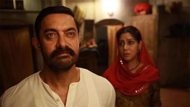 사진: 당갈 포스터와 아버지 아미르 칸, 어머니 사크시 탄와르