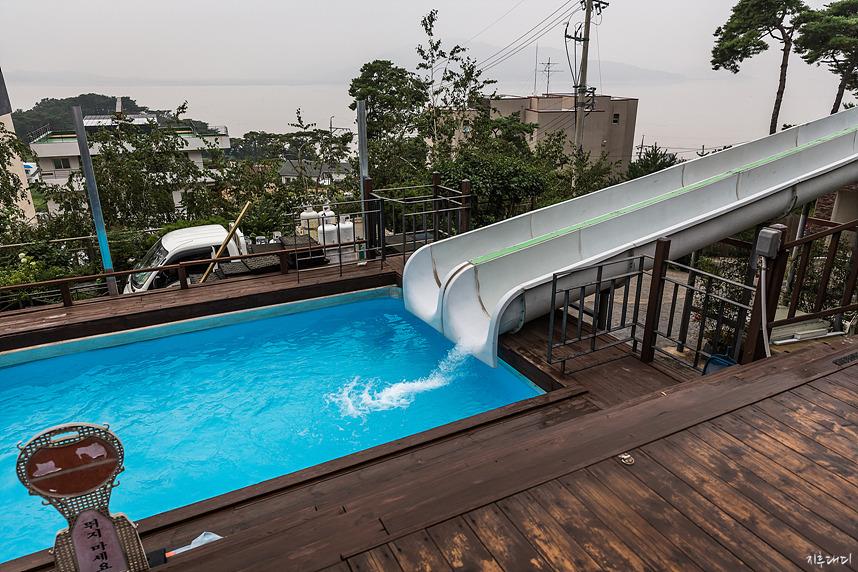 야외 수영장과 슬라이드