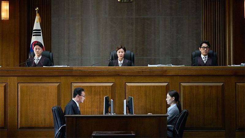 문소리 판사의 법정은 최초의 국민참여재판을 연다