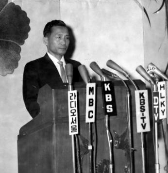 1965.6.23. 박정희 대통령은 텔레비전 중계를 통해 한일협정 조인에 대해 국민의 협조를 당부하는 특별담화를 발표했다.