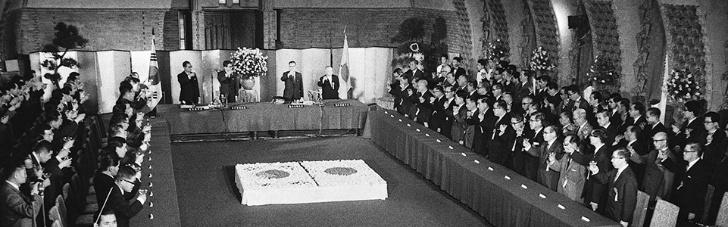 1965년 6월 22일 동경 일본수상 관저에서 한국 정부 이동원 외무장관과 일본 정부 시이나 에쓰사부로 외상이 한일협정에 정식 조인됐다.