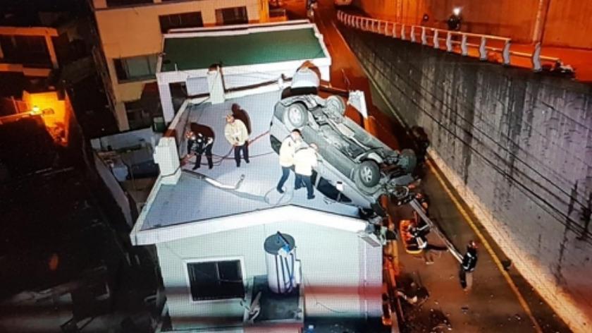 '주택 옥상에 승합차 추락'…러시아인 남녀 등 3명 부상