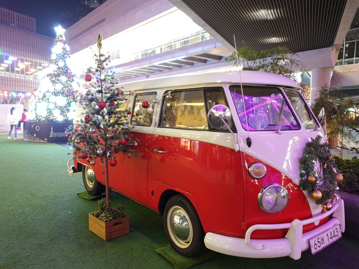 이국적인 빨강 자동차와 크리스마스트리