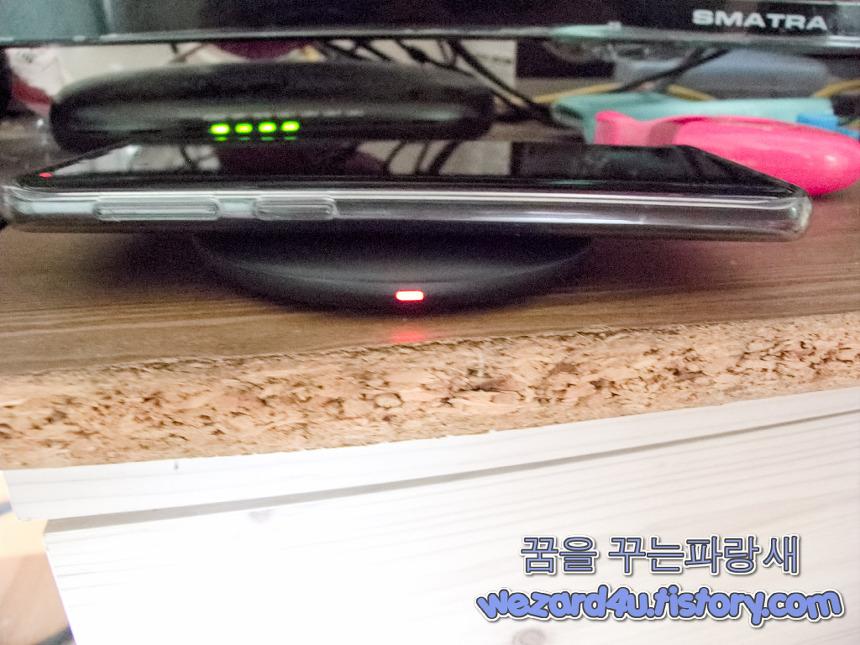 EP-P1100 무선 충전 패드 충전 중