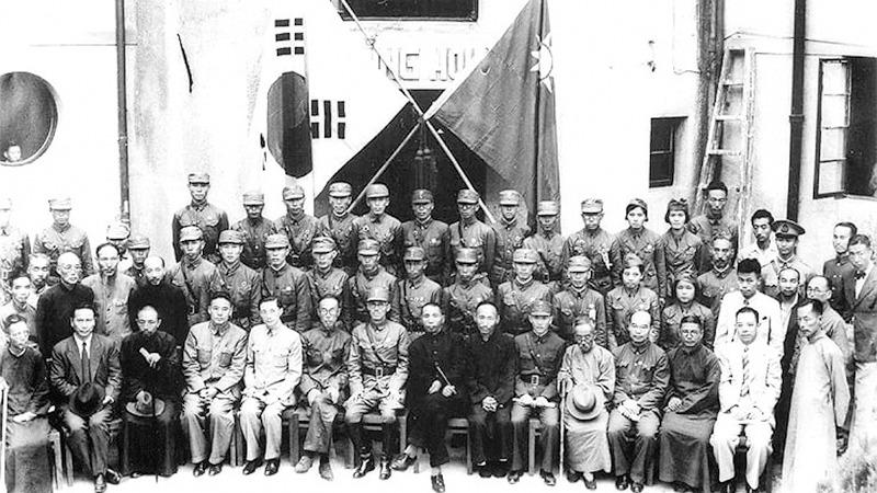 사진: 신흥무관학교 졸업생들의 기념사진