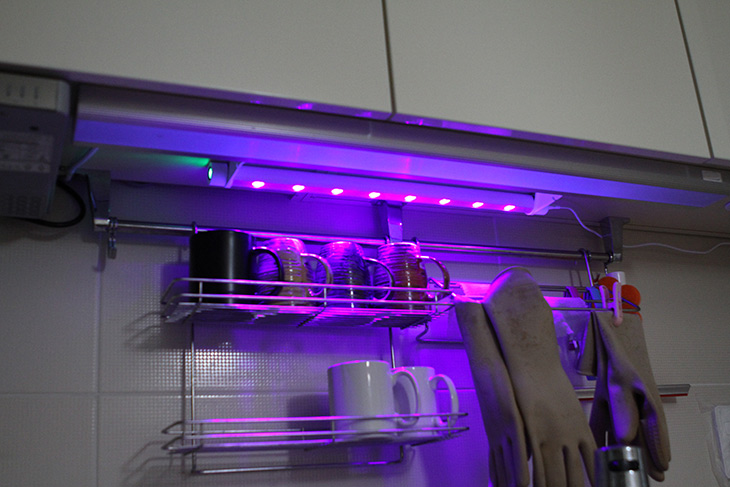 집안해 PLUS 살균기 ,SWL-CH505 ,초파리, 곰팡이억제, 냄새제거,IT,IT 제품리뷰,이런 제품 꼭 써보고 싶었는데요. 집안을 살균해 주는 제품 입니다. 집안해 PLUS 살균기 SWL-CH505는 초파리 곰팡이억제 냄새제거에 효과가 있는 제품 입니다. 자외선 LED를 이용해서 세균을 99.9% 살균합니다. 집안해 PLUS 살균기 SWL-CH505는 기존에 제품을 더 업그레이드 한 제품 입니다. 생활방수 처리로 어느정도의 물방울에는 문제가 없습니다. 빛이 비춰지는 50CM이상 거리까지 효과가 지속이 됩니다. 타이머를 통해서 필요한 시간에만 켜고 자동으로 꺼지도록 설정이 가능 합니다. 싱크대나 애완동물 집, 욕조, 옷방 등 다양한 장소에서 사용이 가능 합니다. 인체에는 비교적 영향이 없는 400nm 이상의 장파장을 이용하는 부분도 마음에 드네요.