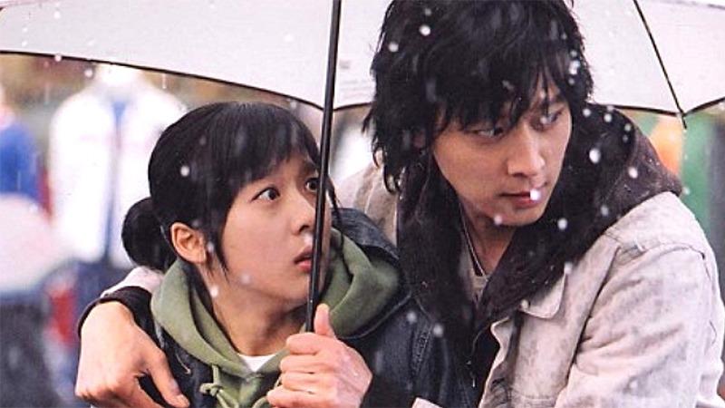 사진: 강동원과 이청아의 우산 씬은 유명한 장면이다
