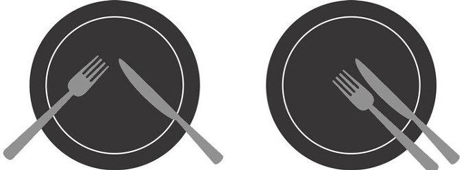 식사하는 도중 대화를 할 때는 포크와 나이프를 팔(八)자 모양