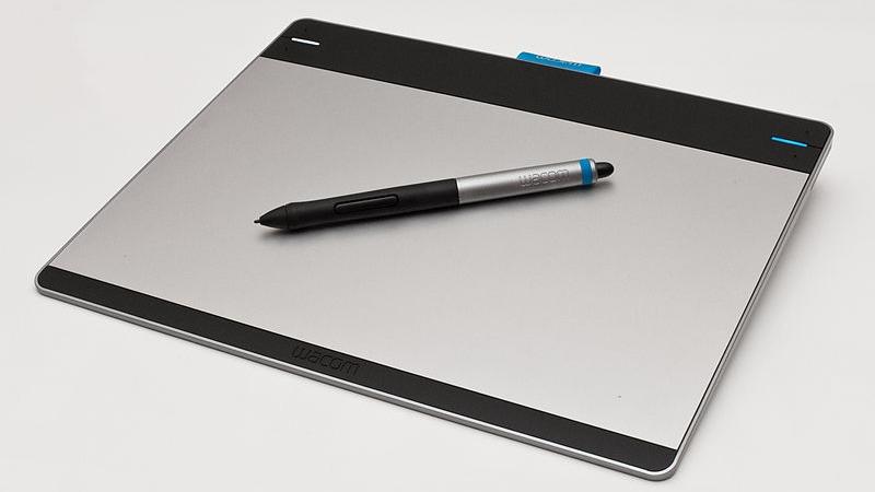 사진: 삼성 갤럭시 노트 S펜이 사용하는 것은 와콤의 타블렛 기술이다. 와콤은 PC용 전자입력 타블렛을 제조하는 회사이다. [노트 펜의 호환에 대하여]