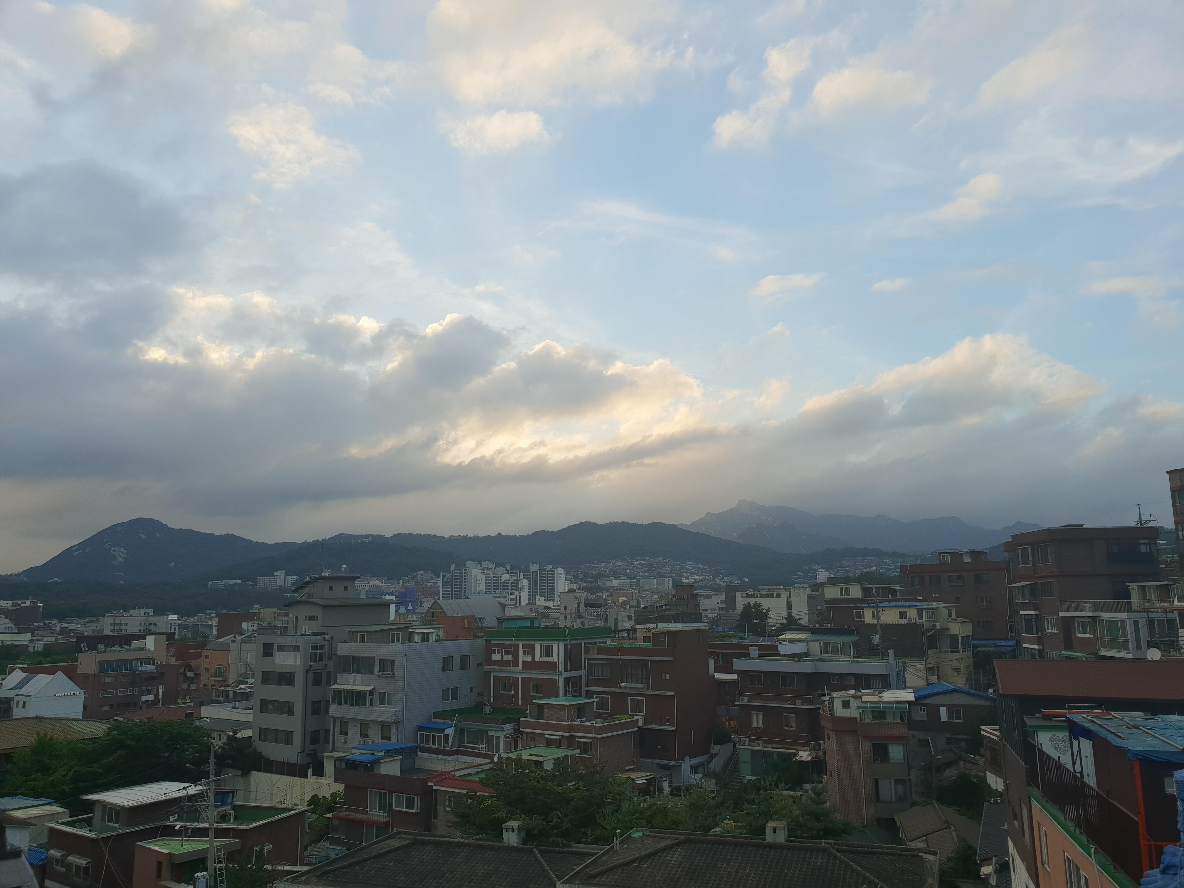[일상]구름이 그린 그림이란 건 이런 거지~, 건물 배경, 구그그, 구름 주제, 구름이 그린 그림, 낙산, 대학로, 매일 다른 풍경, 산 주제, 여름 가을, 일상, 풍경, 하늘 사진, 하늘 주제, 하늘 풍경, 혜화
