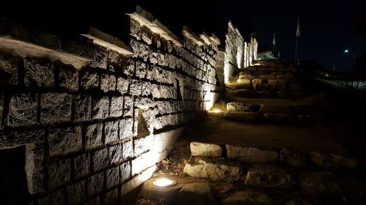 수원 화성 성곽길 성벽과 돌계단 야경