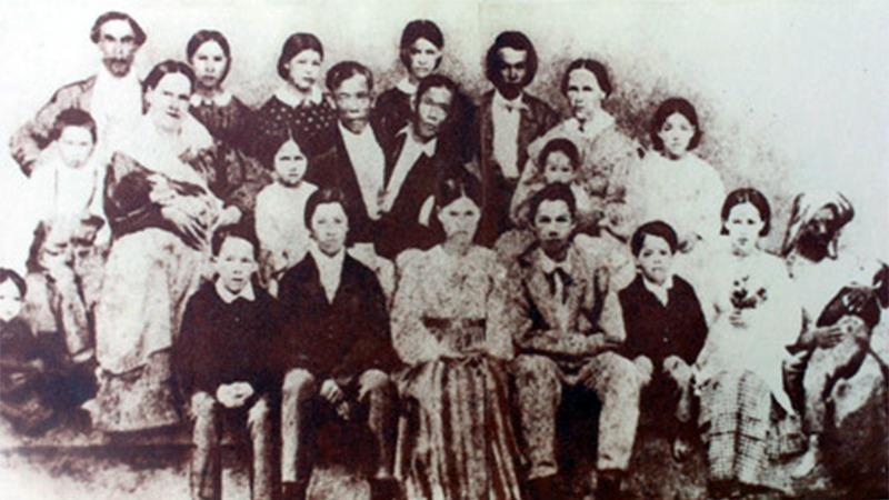 사진: 엥, 창 샴쌍둥이 형제의 가족들. 20여 명의 자식을 두었다.
