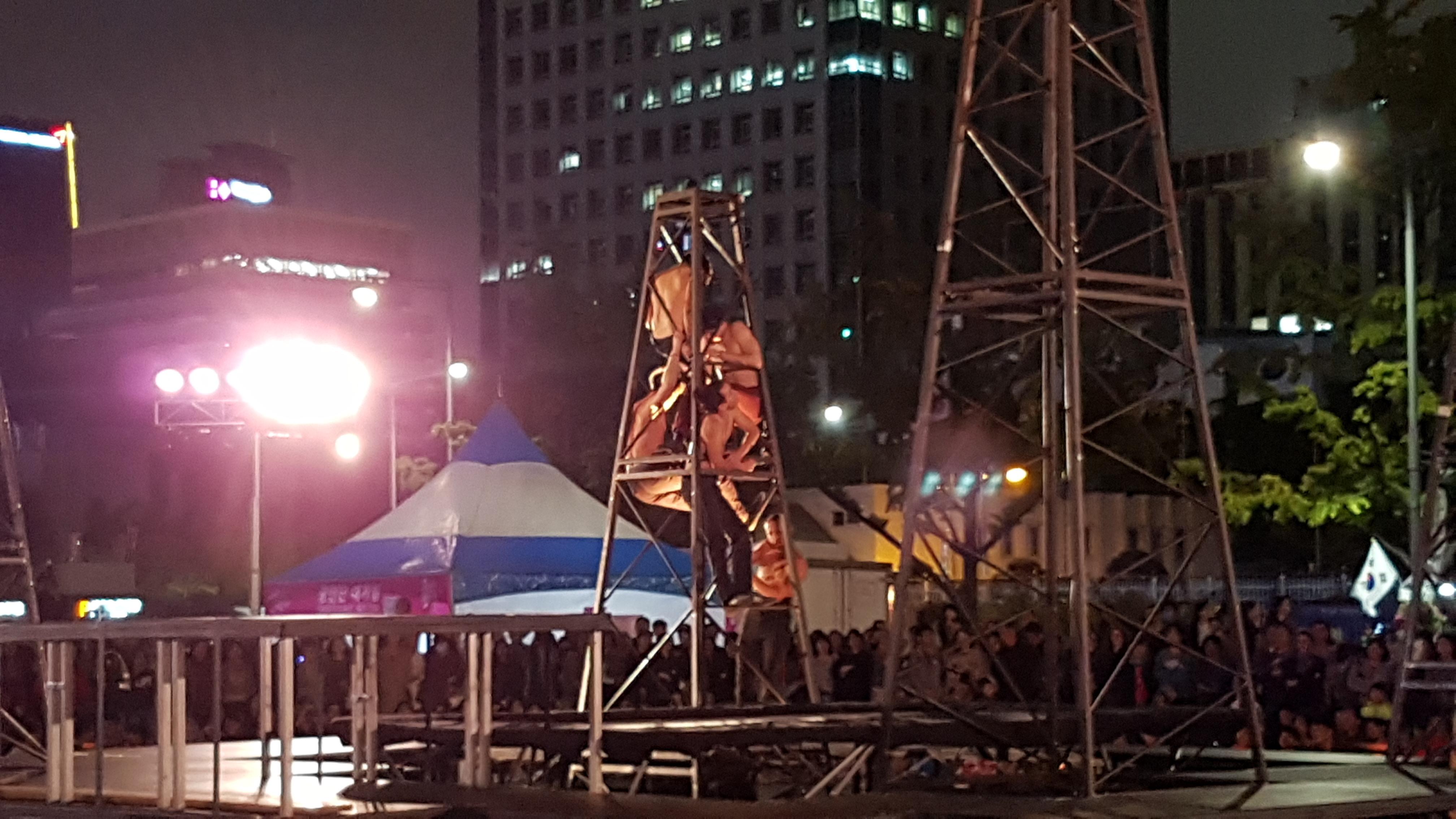 gravity zero, gravity0, 공중부양, 공짜 공연, 광화문 광장, 그라비티 제로, 도옹 도옹, 묘기, 무대인사, 무료 공연, 방방, 방방 묘기, 상의탈의, 서울 거리 예술축제, 서울 거리 예술축제 그라비티 Zero (Gravity0) @ 광화문 광장, 음악, 트램펄린, 퍼포먼스, 행위예술, 현대무용, 현대미술, 협동