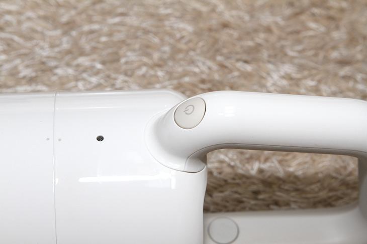 플러스마이너스제로 청소기, 하얗고, 동글동글, 이쁜 무선청소기,IT,IT 제품리뷰,셀프 인테리어를 하시는 분들은 눈독들이는 제품이죠. 하얗고 이쁜 제품이니까요. 플러스마이너스제로 청소기 하얗고 동글동글 이쁜 무선청소기를 소개 합니다. 사진으로 보는 것 보다 실제로 보니 더 이쁘네요. 플러스마이너스제로 청소기는 비교적 간단한 방식으로 되어있습니다. 대신 딱 필요한 기능만 있는 약간 그런 느낌이 들었는데요. 클리어 화이트 색상 경우 완전히 하얀색으로 되어있어서 좀 이쁜 청소기를 좋아하는 분들에게 어필이 될 것 같은 느낌이 들더군요.