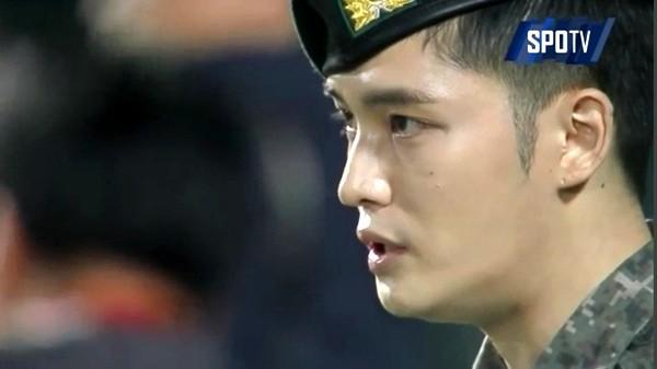 20151103123803126zknw.jpg 군복에 태극기는 거꾸로 달고 또 한국시리즈 가서 애국가 부르다 틀린 연예인