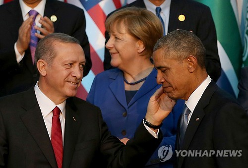 2015년 11월 터키 안탈리아에서 열린 주요 20개국 정상회의(G20)에서 기념촬영에 앞서 인사하는 레제프 타이이프 에르도안 터키 대통령(왼쪽)과 버락 오바마 미국 대통령. [EPA=연합뉴스]