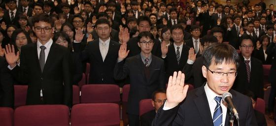 지난 3월2일 오전 경기 고양시 사법연수원 대강당에서 열린 제46기 사법연수원생 입소식에서 연수생들이 선서를 하고 있다. /사진제공=뉴스1