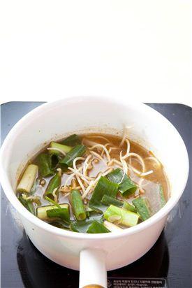 4. 콩나물과 대파, 물 5컵을 넣어 끓인다.