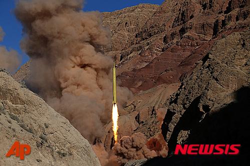 【파르스통신·AP/뉴시스】2016년 3월 9일(현지시간) 이란 혁명수비대는 미공개 위치에서 카드르H 장거리 지대지 탄도 미사일을 시험 발사했다. 사진은 이란 파르스통신이 제공한 것이다. 2016.03.10