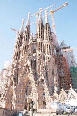 아직까지 미완성으로 남은 가우디의 역작 사그라다 파밀리아 성당