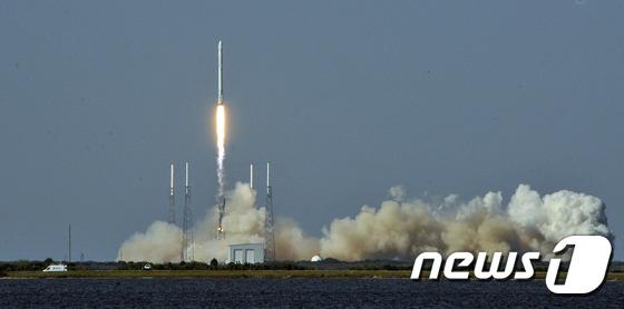 지난해 4월 민간 우주업체 '스페이스X'의 팰컨9 로켓이 미국 플로리다 주 케이프커내버럴에 있는 미국 항공우주국(나사·NASA) 케네디 스페이스에서 성공적으로 발사되는 모습.© AFP=News1