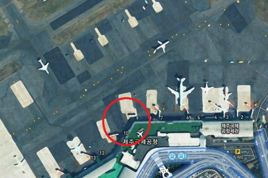 지난 14일 오후 8시 35분쯤 제주국제공항에서 발생한 승객수송버스 추돌 사고 위치. 표시 안에 T자형 삼각도로가 있다. (사진=다음스카이뷰 캡처)