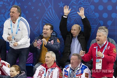 소치 패럴림픽 관전하는 블라디미르 푸틴 러시아 대통령[AP=연합뉴스 자료사진]