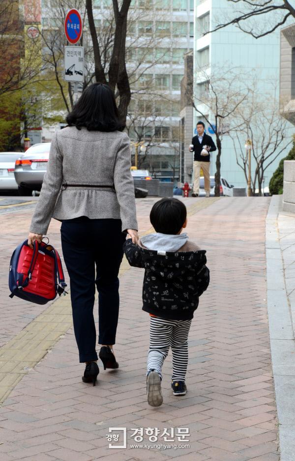 한 직장여성이 서울 정동의 어린이집에 아이를 데려다주고 있다. / 정지윤기자
