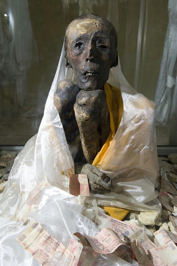 600년 전 눈을 뜬 채 시해등선한 티베트불교 겔룩파의 한 스님의 등신불. 청전 스님 제공