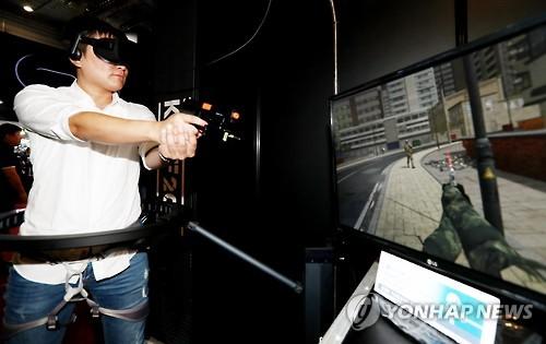 지난 10월에 열린 '코리아 VR 페스티벌'에서 이용자가 VR 슈팅 게임을 시연하는 모습 [연합뉴스 자료 사진]