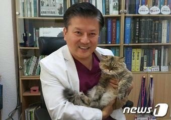 김재영  원장과 스물 네 살짜리 반려묘 '밍키'. © News1