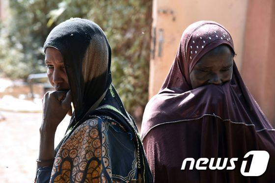 조혼으로 인해 발생한 산부인과적 누공(obstetric fistula)을 앓고 있는 나이지리아 여성들이 지난 2월 수도 니아메의 한 의료기관 앞에 서 있다. © AFP=뉴스1