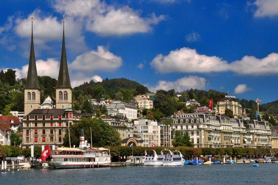 루체른의 푸른 하늘이 뾰족한 첨탑과 어우러져 멋진 광경을 이룬다.(사진=참좋은여행 제공)