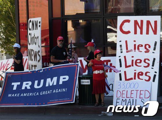 도널드 트럼프 미국  대통령 당선인 지지자들이 대선 기간에 CNN 사무실 밖에서 이른바 '편향보도'에 항의하고 있다. © AFP=뉴스1