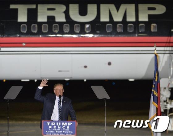 도널드 트럼프 미국 공화당 대선후보가 26일(현지시간) 노스캐롤라이나 킨스톤에서 막바지 유세를 벌이고 있다. © AFP=뉴스1