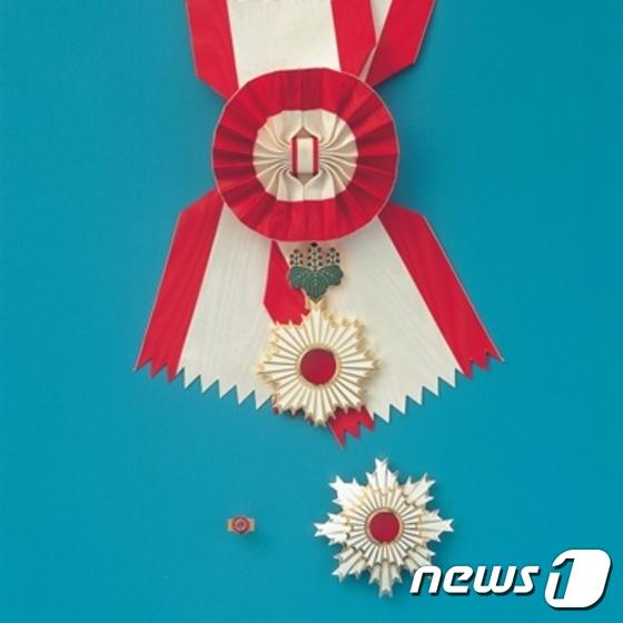 일본 훈장 '욱일장'의 최고 등급인 '욱일�수장'(일본 내각� 제공) © News1