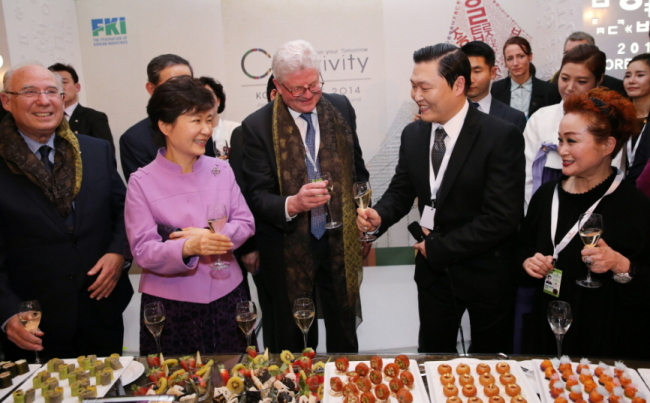 제44차 WEF(세계경제포럼.다보스포럼) 연차총회 참석차 다보스에 도착한 박근혜 대통령이 2014년 1월 21일 오후(현지시간) 스위스 다보스 벨베데레호텔에서 열린 '한국의 밤' 행사에서 참석자들과 건배하고 있다. 오른쪽부터 이미경 CJ그룹 부회장, 싸이, 존 넬슨 로이드 회장, 박 대통령, 야콥 프랜켈 JP모건체이스 인터내셔널 회장. [사진출처 = 청와대 홈페이지]