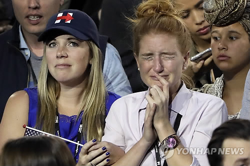 슬픔에 빠진 클린턴 지지자들  (뉴욕 AP=연합뉴스) 미국 첫 여성 대통령 탄생을 축하하기 위해 뉴욕의 가장 화려한 행사장인 '제이콥 재비츠 컨벤션센터'에 모여있던 힐러리 클린턴 지지자들이 8일(현지시간) 대선 개표 결과 클린턴의 패배로 나타나자 눈물을 흘리며 안타까워 하고 있다.