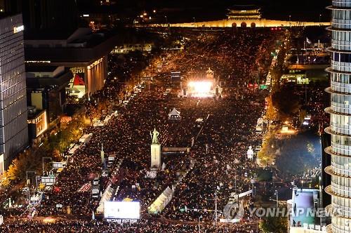 수십만 촛불들      (서울 사진공동취재단=연합뉴스) 2016년 민중총궐기 대규모 집회가 열린 12일 오후 서울 광화문광장에서 시청 앞 광장을 가득 메운 시민들이 박근혜 대통령 퇴진을 촉구하며 촛불을 밝히고 있다.