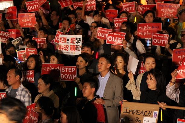 미국 로스엔젤레스의 한국총영사관 앞에서 11일 저녁 박근혜 대통령의 퇴진을 촉구하는 교민들의 집회가 열렸다. 유정석 제공