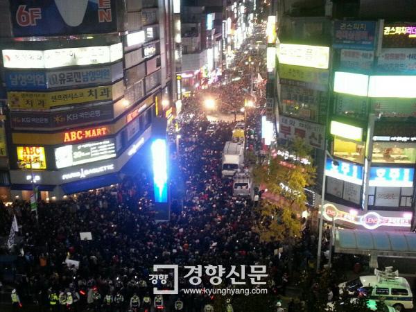 12일 부산 서면에서 열린 '박근혜 하야 시민대회'에 참석한  3만여명의 시민들이 거리를 가득 메우고 있다. 부산에서 열린 집회에 3만 여명의 시민이 참석한 것은 6월 항쟁 이후 처음이다.