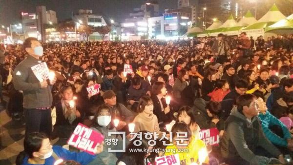 12일 광주 동구 5.18민주광장에 모인 5000여명의 시민들이 촛불 집회를 열고 있다.