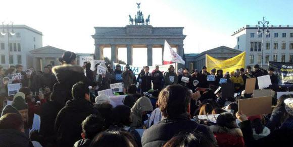"""- 독일 수도 베를린 현지 교민과 유학생들이 12일 오후(현지시간) 브란덴부르크문 앞 광장에 모여 """"박근혜 퇴진"""" 구호를 외치며 집회를 열고 있다.연합뉴스"""