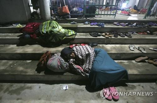 7일 규모 6.5의 강진이 덮친 인도네시아 서부 아체주 피디에 자야 지역에서 집을 잃은 주민들이 이슬람 사원 안팎에서 잠을 청하고 있다. [AP=연합뉴스자료사진]