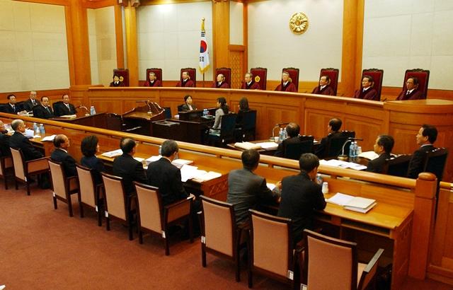 2004년 헌법재판소에서 노무현 대통령 탄핵심판 사건 제3차 공개변론이 열리고 있다. 이 사건은 탄핵소추 의결서 접수부터 결정 선고까지 63일이 걸렸다. 사진공동취재단
