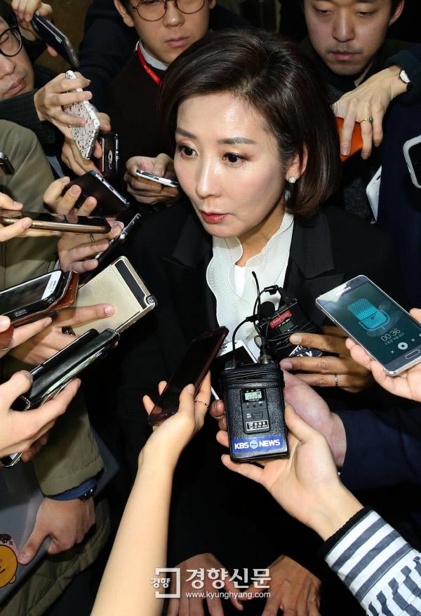 새누리당이 16일 오전 의원총회를 열고 정우택 의원을 새 원내대표로 선출했다. 고배를 마신 나경원 의원이 기자들의 질문에 답하고 있다./김창길 기자 cut@kyunghyang.com